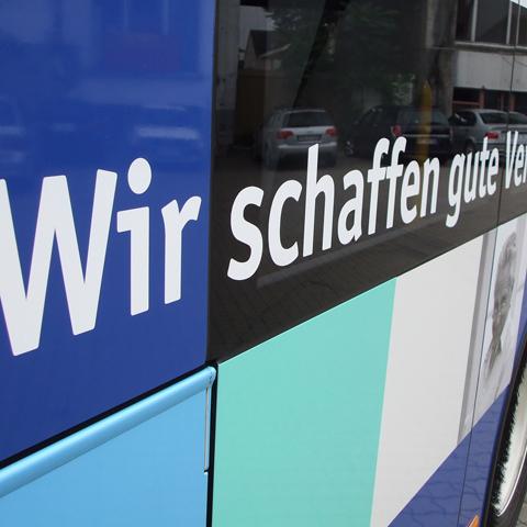 Dadina-Bus, Typografie